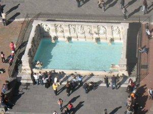 5 -Siena, In alto nella Piazza c'è la Fonte Gaia, la più bella delle fonti d'acqua senesi. Quella che si ammira oggi in Piazza del Campo è una copia della fonte che Jacopo della Quercia scolpì tra il 1409 e il 1419.