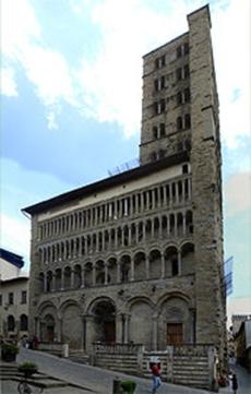 28 -Arezzo. La chiesa di Santa Maria della Pieve è situata nel centro storico della città, tra corso Italia, sul quale prospetta la facciata, e piazza Grande, su cui prospetta l'abside. Sulla destra della facciata, si erge la torre campanaria, detta dei cento buchi per le bifore, dieci per ogni lato, disposte su cinque ordini sovrapposti.