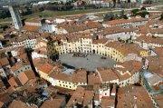 2 -Lucca. Per scoprire le bellezze della città, Il modo migliore è partire guardarla dall'alto. Si può fare salendo sulle sue possenti mura, sulla Torre Guinigi o affrontando i 207 scalini della ancora più alta Torre delle Ore. Da questi punti si ammira uno splendido panorama.
