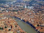 2 -Pisa. Panorama del centro della città con in alto a destra la famosa Piazza del Duomo.