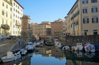 22 -Fosso Reale, Livorno, è un fossato (da non confondersi con canale) che in origine seguiva il perimetro della città fortificata e che, in seguito, con l'abbattimento dei bastioni, ha perso definitivamente la sua funzione difensiva.