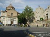 22 -Prato Piazza delle Carceri, di fronte la Basilica che porta lo stesso nome e che venne costruita sui resti di un'antica prigione. Sulla destra l'entrata del castello dell'Imperatore.