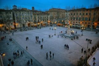 22 -Lucca, Piazza Napoleone, è la piazza più grande della città. Prende il nome da Elisa Bonaparte, sorella dell'Imperatore francese, che dal 1806 governò il Principato di Lucca e incaricò l'architetto Lazzarini di creare uno spiazzo che valorizzasse il Palazzo Ducale. Al centro della piazza doveva esserci una grande statua di Napoleone, ma alla caduta dell'Imperatore venne sostituita da una di Maria Luisa di Borbone, scelta come reggente del nuovo Ducato di Toscana.