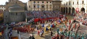 19 -Arezzo.Sempre in Piazza Grande, due volte l'anno, si svolge la Giostra del Saracino. Il penultimo sabato del mese di giugno (Giostra di San Donato) in notturna e la prima domenica del mese di settembre (Giostra di settembre) di giorno.