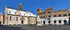 17-Grosseto-Piazza-Dante La piazza si apre sul lato destro del Duomo e nel suo centro si trova la statua in onore di Leopoldo II.