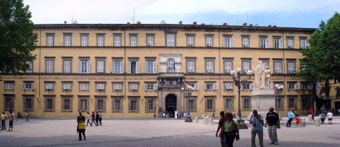 23 -Lucca, Palazzo Ducale e Piazza Napoleone. Oggi il Palazzo Ducale ospita la Provincia di Lucca e la piazza è uno spazio con negozi, bar e ristoranti, luogo di incontro di lucchesi e turisti. Se vi trovate a Lucca in luglio, non perdetevi le magiche notti del Summer Festival che si svolge in questa piazza.