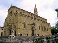 """4 - Arezzo - La cattedrale dei Santi Pietro e Donato, è il principale luogo di culto cattolico della città. chiesa . Costruita sulla sommità del colle dove sorge la città sul luogo della antica Acropoli edificata a partire dal 1278 e finita solo nel 1500. l'interno è diviso in tre ampie navate dove si possono ammirare le belle vetrate colorate di Guillame de Marcillat e la Maddalena di Piero della Francesca dipinta nel 1465. Nel congiunto Museo Diocesano sono conservate diverse opere tra le quali alcune del Vasari e di Luca Signorelli. Il pannello in marmo con il """"Battesimo di Cristo"""" che decora il Fonte Battesimale è attribuito a Donatello."""