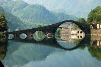 """24 -Luca. Il fiume Serchio. A pochi minuti dal centro c'è il Parco Fluviale del fiume Serchio dove si può passeggiare, andare in canoa, fare trekking o anche un semplice pic-nic. Nella foto, Ponte del Diavolo, straordinario esempio di architettura. Un po' più distante ma ricca di fiumi, laghi, boschi e colline, è la Garfagnana, definita """"L'isola Verde"""" della Toscana. Da non perdere qualche ora a Castelnuovo, ricca di monumenti. Vedi foto seguenti."""