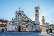 3 -Prato. La grande Piazza Duomo e il Duomo(Basilica di Santo Stefano) con esterno il di Donatello e Michelozzo,