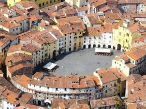 3 -Lucca. Piazza dell'Anfiteatro, una delle più belle d'Italia. Costruita a partire dal 1830 dall'Architetto Nottolini, riprende l'antico tracciato dell'anfiteatro romano.