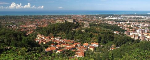 4 -Panorama sulla città di Massa con ben visibile il castello dei Malaspina.