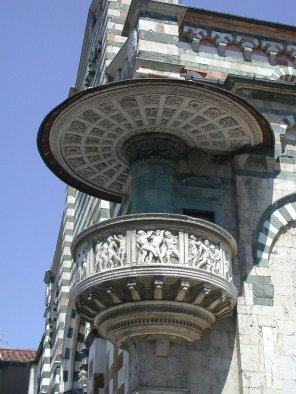 4 -Prato, esterno del Duomo, particolare del pulpito di Donatello e Michelozzo, (1428-1438), di marmo a strisce bianche e verdi.