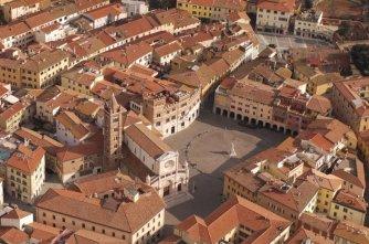 8 -Grosseto. Piazza del Duomo e piazza Dante.