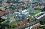 3 -Pisa. Panorama sulla bellissima Piazza del Duomo che raccoglie, in un complesso architettonico unico al mondo, non a caso definito Campo dei Miracoli.