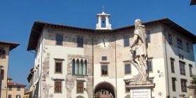 """31 -Pisa. Piazza dei Cavalieri. Il palazzo dell'orologio, edificio medievale in cui fu incorporata la """"torre della Fame"""" dove nel 1289 morì il Conte Ugolino Della Gherardesca con i figli e nipoti, storia raccontata da Dante nella Commedia."""