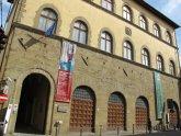25 -Arezzo, in Via S. Lorentino nel Palazzo Bruni Ciocchi, il Museo statale d'arte medievale e moderna, ospita dipinti, maioliche e oggetti in vetro di epoca medievale e rinascimentale.