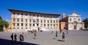 32 -Pisa. Piazza dei Cavalieri, il Palazzo della Carovana e la chiesa di Santo Stefano e quella di San Rocco. Al centro della piazza c'è la statua di Cosimo I in veste di Gran Maestro dell'Ordine dei Cavalieri.