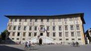 33 -Pisa. Piazza dei Cavalieri, il Palazzo della Carovana, esempio di architettura rinascimentale progettato da Giorgio Vasari che lo fece abbellire con figure allegoriche e segni zodiacali.
