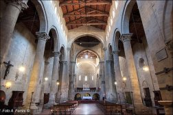 30 -Arezzo. L' interno della chiesa di Santa Maria della Pieve, All' interno che è a tre navate, l'opera più importante è il Polittico di Pietro Lorenzetti che raffigura una Madonna col Bambino, l'Annunciazione, Assunta e 12 santi.