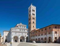 5-Lucca, in piazza Antelminelli, il Duomo di San-Martino che è la più antica basilica della Toscana. La cattedrale di San Martino è anche il principale luogo di culto cattolico della città di Lucca.