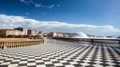 6 -Livorno, Piazza Mascagni, pavimento a scacchiera.