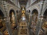 21 -Siena., l'interno del Duomo è a croce latina, con tre ampie navate su pilastri polistili che reggono le volte azzurre con stelle d'oro.