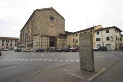 26 -Prato. Panoramica della piazza, di fronte la chiesa di San Domenico con la facciata rimasta incompleta.