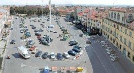 30 -Prato. Piazza Mercatale è la più grande piazza della città e sorge nel centro storico, è considerata una delle piazze medievali più estese in Europa. La piazza deve il suo nome al mercato, ci sono molti ristoranti e luoghi di incontro ha per metà la funzione di parcheggio.