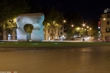 """31 -Prato. Piazza San Marco, punto di incontro tra la città antica e moderna. al centro, al centro si trova una grande opera, in marmo bianco delle Apuane, di arte contemporanea: """"Forma squadrata con taglio"""" di Moore."""