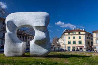 32 -Prato. Piazza San Marco, particolare dell' opera di Moore.
