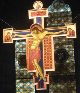 23 -Arezzo. Interno della chiesa di San Domenico, Il grande Crocifisso di Cimabue, La croce, alta più di 3 metri, è la prima opera attribuita a Cimabue e venne dipinta tra il 1260 e il 1270.