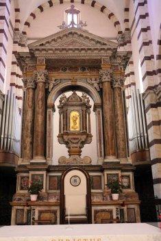 13-Duomo di Grosseto, l'interno, particolare dell' altare maggiore barocco e cattedra.