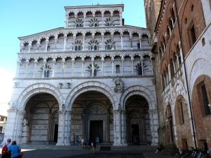 6 -Lucca. Sulla facciata policroma del Duomo, c'è la statua di San Martino nell'atto di dividere il suo mantello con un povero.