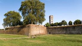 16 -Le Mura di Lucca sono ammirate in tutto il mondo per il loro valore architettonico, rappresentano da sempre oggetto di studio per architetti e urbanisti: sono, infatti, l'unico esempio di mura difensive dell'età moderna arrivate intatte fino ai nostri giorni. Furono costruite tra il 1504 e il 1645 su un progetto di Alessandro Farnese e, per fortuna, non sono mai servite per difendere la città da un assedio. Sono state molto utili, però, per salvare il centro di Lucca dalla violenta piena del fiume Serchio il 18 novembre 1812.