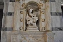 26 -Pisa. Interno chiesa di Santa Maria della Spina, Madonna del Latte.