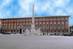 11 -Massa.Piazza degli Aranci con l'immenso Palazzo Ducale del diciassettesimo secolo per volere di Alberico Malaspina.