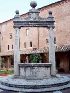 23 -Grosseto, chiesa di San Francesco, chiostro, particolare del Pozzo_della_Bufala.