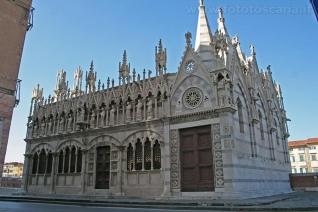 22 -Pisa. Sul Lungarno Gambacorti , la chiesetta di Santa Maria della Spina.Vista laterale