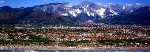 1- Panorama su Massa Marina, al centro sullo sfondo Carrara e le alpi Apuane. È il centro più importante al mondo per quanto riguarda l'estrazione e la lavorazione del famoso marmo di Carrara, un marmo bianco molto pregiato che viene estratto dalle vicine Alpi Apuane.