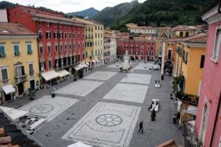 12-Carrara.Uno scorcio di piazza Alberica
