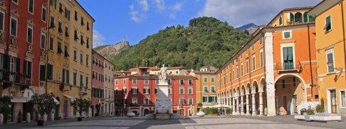 15-Carrara. Piazza Alberica, monumento a Maria Beatrice d'Este, eseguita nel 1827 in stile neoclassico dallo scultore carrarese Pietro Fontana.