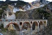24-carrara- diverse cave di marmo possono essere visitate anche all'interno, come la cava sita nel piazzale dei Fantiscritti in località Miseglia (Carrara).