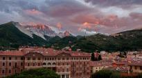 21-Panorama-di-Carrara-con-Teatro-conn sullo sfondo le alpi Apuane.1024x565