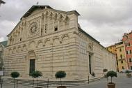 6-Duomo di Carrara, in Piazza Duomo, la facciata cinquecentesca, rivolta verso un'ampia scalinata, presenta un portale principale datato 1554, è il principale luogo di culto cattolico della città di Carrara. In questa piazza oltre i diversi palazzi c'è la la casa dove dimorò Michelangelo Buonarroti .