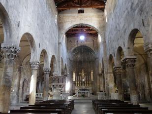 8-Carrara-cattedrale- La pianta è composta da una navata centrale, coperta da capriate lignee in vista, e da due navate laterali, coperte da volte a crociera. dove vi sono affreschi e opere interessanti.
