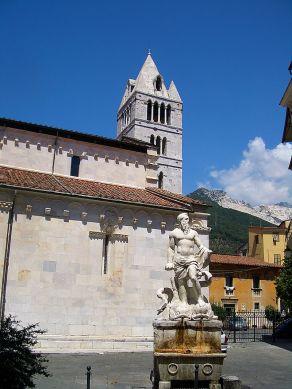 7-Carrara. Il Gigante e la zona absidale del Duomo. Statua incompiuta rappresentante Andrea Doria in sembianze di Nettuno. Ancoral la torre campanaria, separata dalla chiesa, è alta 33 metri e fu realizzata, nel Trecento. All'interno della cella campanaria si trova un concerto di 4 campane.